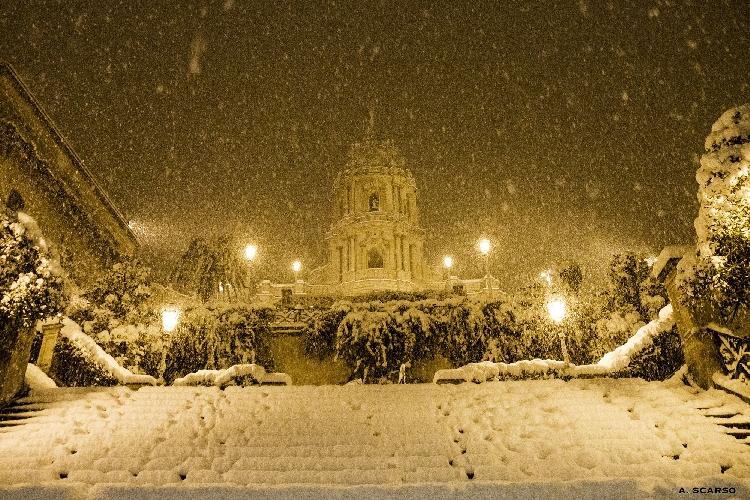 http://www.ragusanews.com//immagini_articoli/01-01-2015/capodanno-2015-con-la-neve-in-tutta-la-provincia-di-ragusa-500.jpg