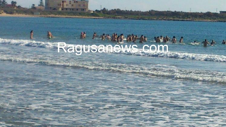 https://www.ragusanews.com//immagini_articoli/01-01-2017/bagno-capodanno-marina-modica-420.jpg