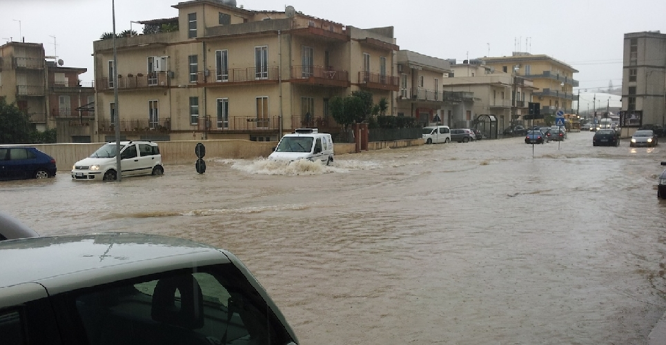 http://www.ragusanews.com//immagini_articoli/01-02-2014/piove-e-il-viale-i-maggio-va-sottacqua-500.jpg