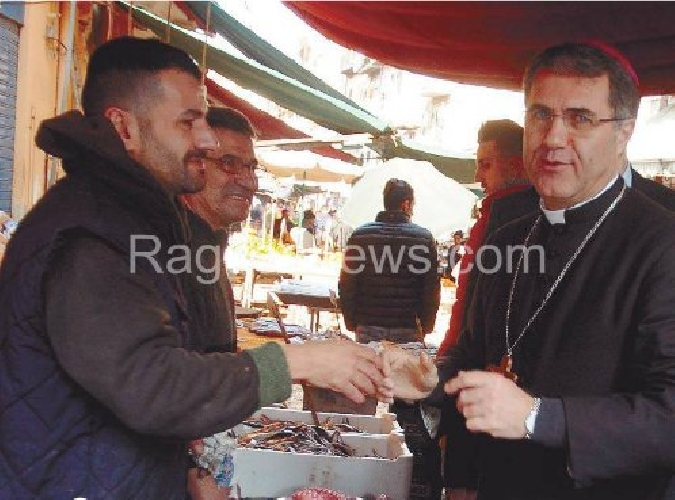 https://www.ragusanews.com//immagini_articoli/01-02-2016/don-corrado-scende-dal-pulpito-e-va-al-mercato-500.jpg