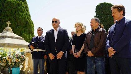 https://www.ragusanews.com//immagini_articoli/01-02-2019/commissario-montalbano-foto-funerale-dottor-pasquano-240.jpg