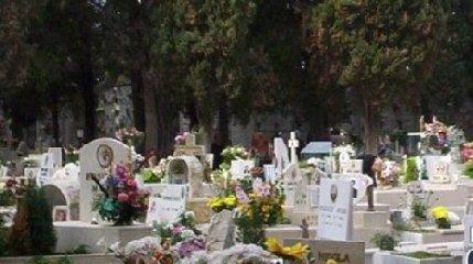 https://www.ragusanews.com//immagini_articoli/01-02-2019/privatizzazione-cimitero-comune-essere-banderuola-240.jpg