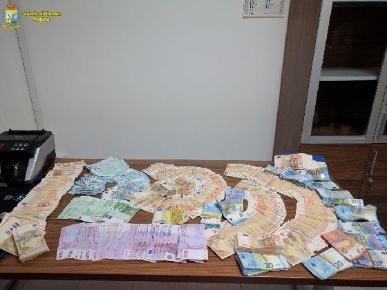 http://www.ragusanews.com//immagini_articoli/01-03-2017/traffico-denaro-sequestrati-mila-euro-porto-pozzallo-420.jpg