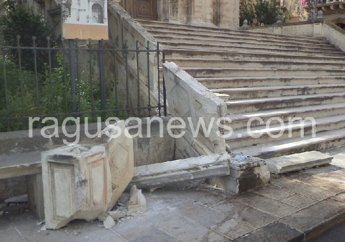http://www.ragusanews.com//immagini_articoli/01-04-2014/danni-alla-chiesa-di-san-biagio-identificato-lautomobilista-vandalo-500.jpg