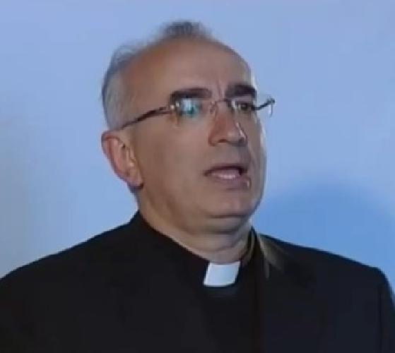 http://www.ragusanews.com//immagini_articoli/01-04-2015/il-vescovo-stagliano-canta-marco-mengoni-500.jpg