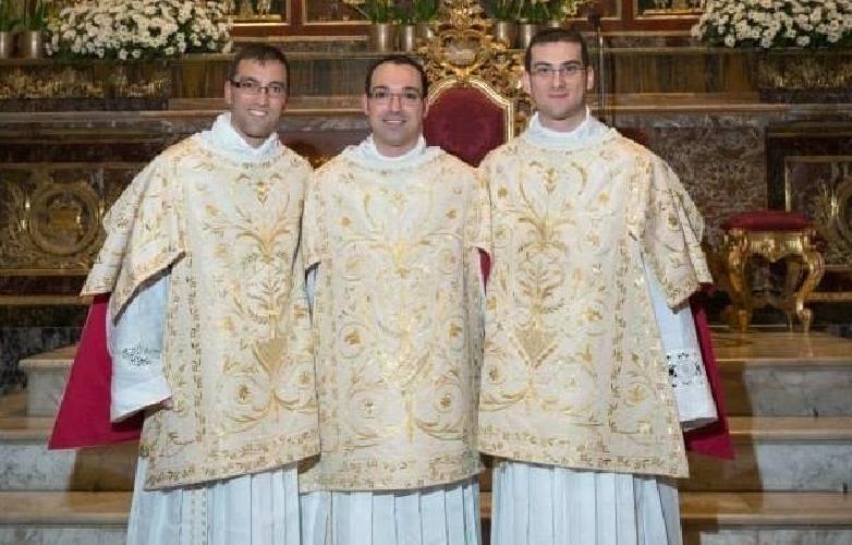 http://www.ragusanews.com//immagini_articoli/01-04-2016/a-ragusa-tre-nuovi-sacerdoti-500.jpg