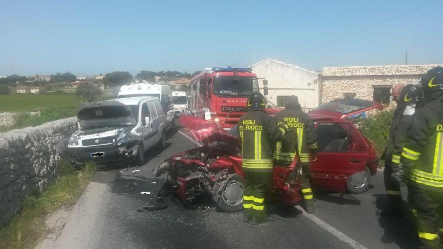http://www.ragusanews.com//immagini_articoli/01-04-2016/incidente-due-feriti-sulla-modica-ispica-500.jpg
