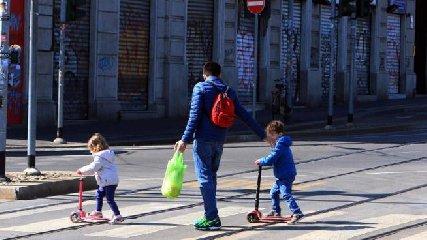 https://www.ragusanews.com//immagini_articoli/01-04-2020/musumeci-a-vietare-la-passeggiata-con-bambini-in-sicilia-240.jpg