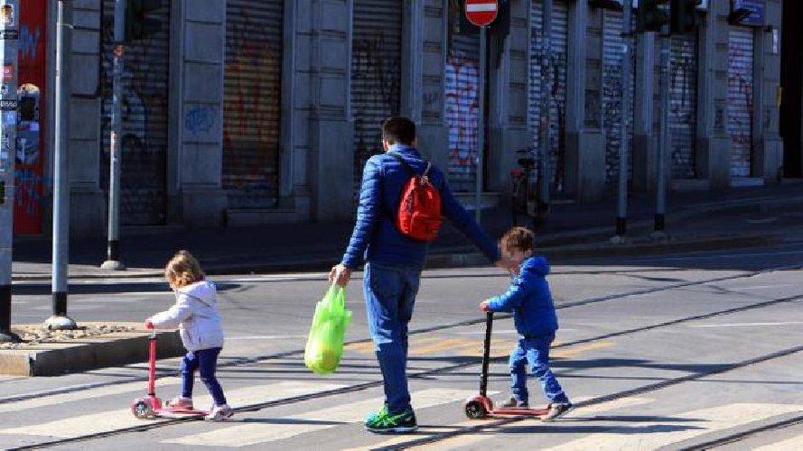 https://www.ragusanews.com//immagini_articoli/01-04-2020/musumeci-a-vietare-la-passeggiata-con-bambini-in-sicilia-500.jpg