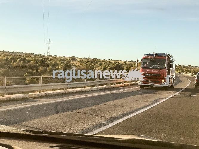 http://www.ragusanews.com//immagini_articoli/01-05-2017/incendio-modica-pozzallo-500.jpg