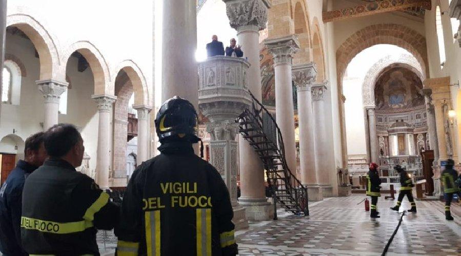 https://www.ragusanews.com//immagini_articoli/01-05-2019/carabiniere-indagato-entra-al-duomo-e-minaccia-di-darsi-fuoco-500.jpg