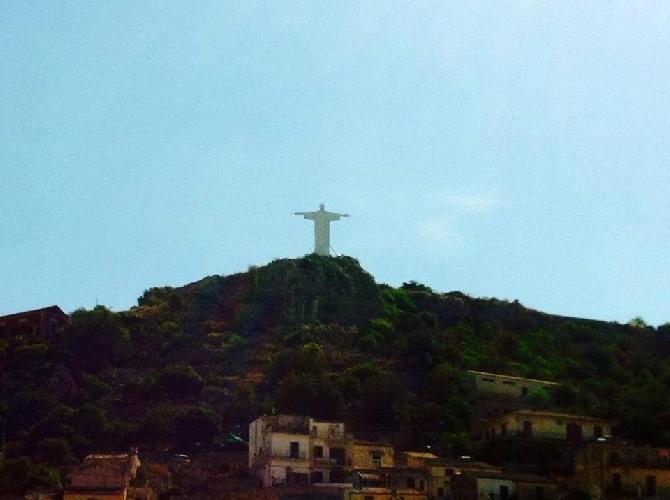 http://www.ragusanews.com//immagini_articoli/01-06-2014/miracolo-a-modica-e--apparso-il-cristo-di-brasilia-500.jpg