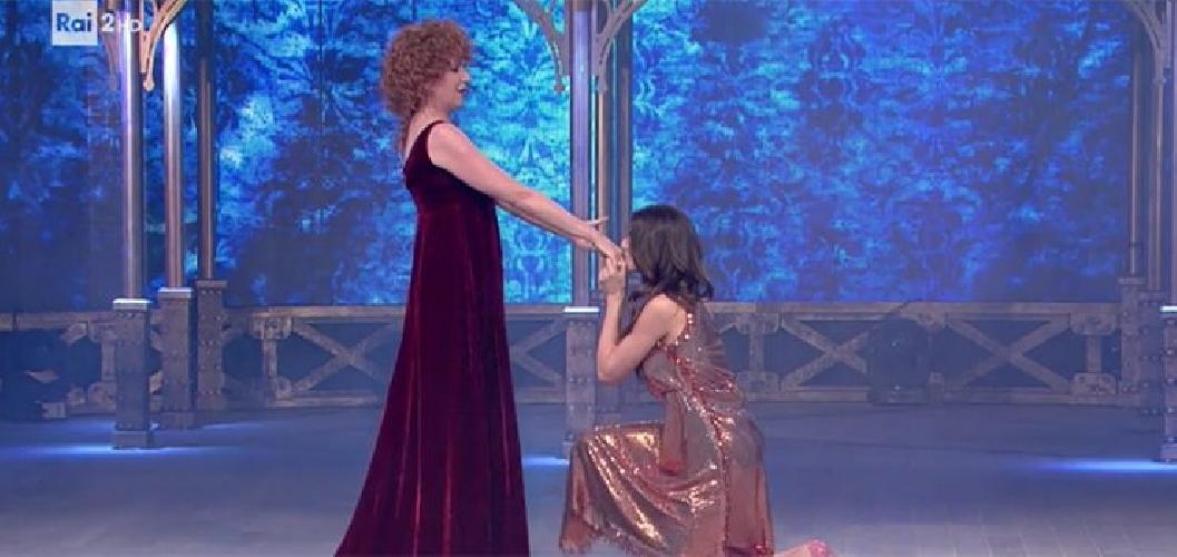 http://www.ragusanews.com//immagini_articoli/01-06-2017/fiorella-mannoia-imita-virginia-raffaele-imita-fiorella-mannoia-500.jpg