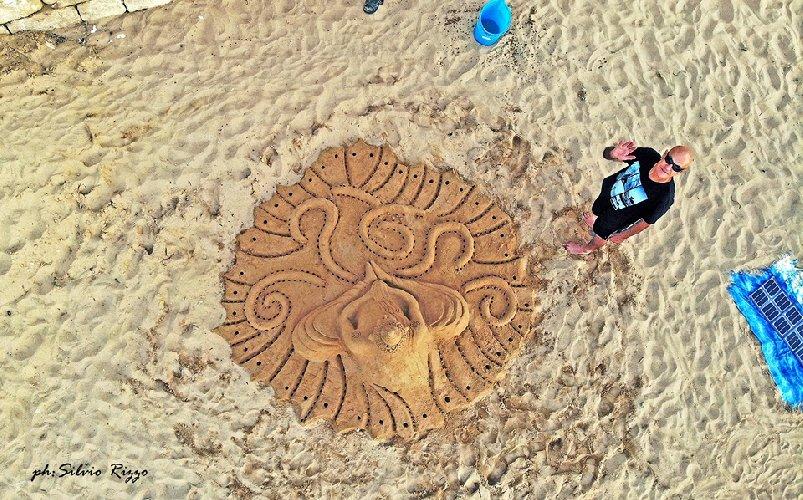 https://www.ragusanews.com//immagini_articoli/01-06-2019/1559422317-le-sculture-di-sabbia-mare-di-montalbano-foto-1-500.jpg
