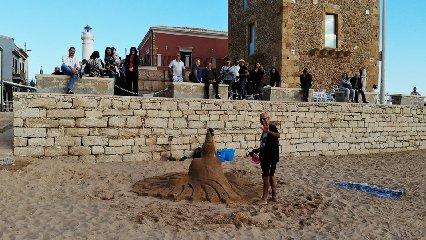 https://www.ragusanews.com//immagini_articoli/01-06-2019/1559422317-le-sculture-di-sabbia-mare-di-montalbano-foto-2-240.jpg