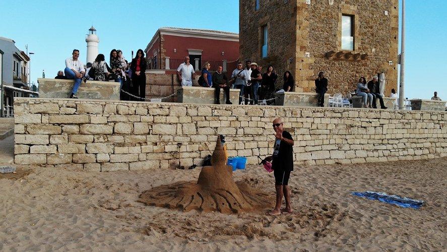 https://www.ragusanews.com//immagini_articoli/01-06-2019/1559422317-le-sculture-di-sabbia-mare-di-montalbano-foto-2-500.jpg