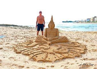 https://www.ragusanews.com//immagini_articoli/01-06-2019/le-sculture-di-sabbia-mare-di-montalbano-foto-240.jpg