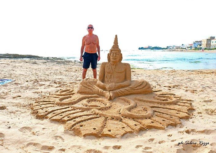 https://www.ragusanews.com//immagini_articoli/01-06-2019/le-sculture-di-sabbia-mare-di-montalbano-foto-500.jpg