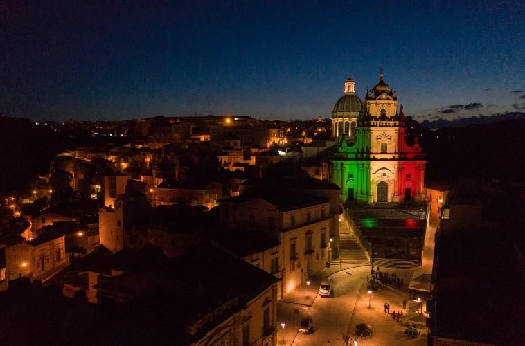https://www.ragusanews.com//immagini_articoli/01-06-2020/1591019657-i-monumenti-della-provincia-di-ragusa-illuminati-dal-tricolore-1-500.jpg