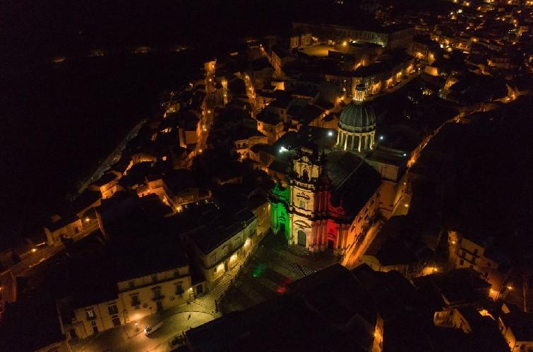 https://www.ragusanews.com//immagini_articoli/01-06-2020/1591019691-i-monumenti-della-provincia-di-ragusa-illuminati-dal-tricolore-1-500.jpg