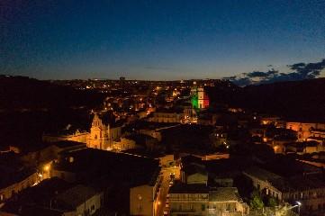 https://www.ragusanews.com//immagini_articoli/01-06-2020/1591019718-i-monumenti-della-provincia-di-ragusa-illuminati-dal-tricolore-1-240.jpg