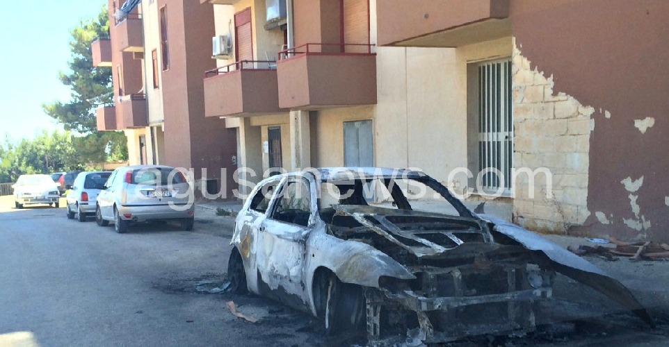 http://www.ragusanews.com//immagini_articoli/01-07-2014/incendiata-un-alfa-a-jungi-500.jpg