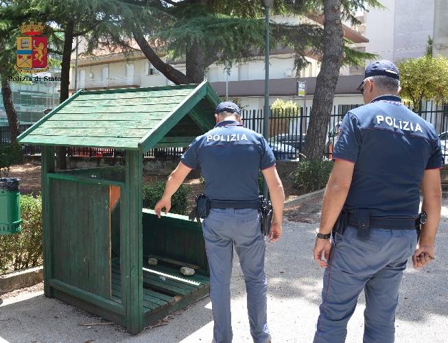 https://www.ragusanews.com//immagini_articoli/01-07-2016/minorenni-e-spacciatori-nella-casetta-di-legno-della-villa-500.jpg