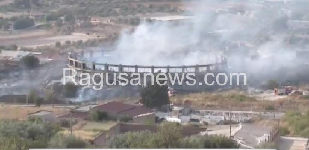 http://www.ragusanews.com//immagini_articoli/01-07-2017/terza-volta-incendiato-palaroma-comiso-500.jpg