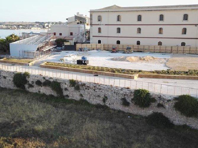 https://www.ragusanews.com//immagini_articoli/01-07-2018/gian-antonio-stella-sbugiardo-cemento-piazza-armi-500.jpg