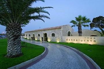 https://www.ragusanews.com//immagini_articoli/01-07-2020/rinasce-il-donnalucata-resort-riparte-il-turismo-a-scicli-240.jpg