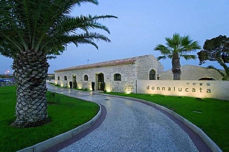 https://www.ragusanews.com//immagini_articoli/01-07-2020/rinasce-il-donnalucata-resort-riparte-il-turismo-a-scicli-500.jpg