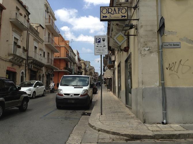 http://www.ragusanews.com//immagini_articoli/01-08-2015/a-ragusa-si-puo-parcheggiare-anche-contro-la-legge-500.jpg