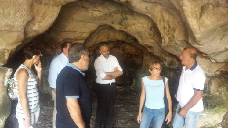http://www.ragusanews.com//immagini_articoli/01-08-2016/scoperte-nuove-grotte-a-cava-ispica-420.jpg