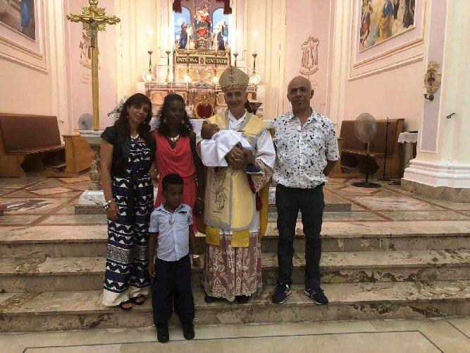 https://www.ragusanews.com//immagini_articoli/01-08-2018/pozzallo-battezzato-bambino-eritreo-salvato-frontex-500.jpg