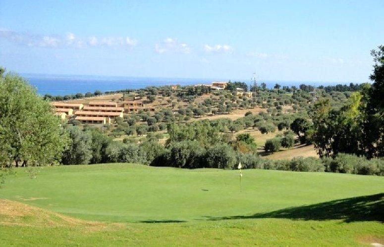 https://www.ragusanews.com//immagini_articoli/01-08-2019/madonie-golf-club-fallito-c-e-un-compratore-500.jpg