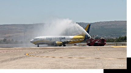 https://www.ragusanews.com//immagini_articoli/01-08-2020/e-arrivato-a-comiso-il-primo-volo-tayaran-jet-da-bologna-240.jpg