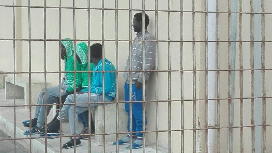 https://www.ragusanews.com//immagini_articoli/01-08-2020/migranti-in-fuga-dall-hotspot-di-ragusa-500.jpg