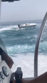 https://www.ragusanews.com//immagini_articoli/01-08-2021/il-motoscafo-impazzito-imbizzarrito-davanti-al-porto-di-donnalucata-280.jpg