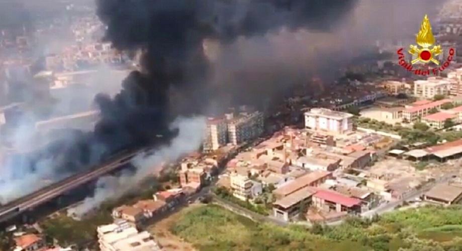 https://www.ragusanews.com//immagini_articoli/01-08-2021/incendi-a-catania-sindaco-un-disastro-500.jpg