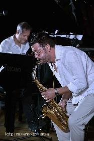 https://www.ragusanews.com//immagini_articoli/01-08-2021/musica-francesco-cafiso-che-ha-presentato-irene-of-boston-280.jpg