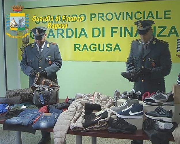 http://www.ragusanews.com//immagini_articoli/01-09-2014/le-finte-griffe-al-mercato-di-via-merano-a-donnalucata-500.jpg