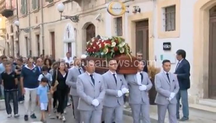https://www.ragusanews.com//immagini_articoli/01-09-2016/vittoria-i-funerali-di-salvatore-gurrieri-420.jpg