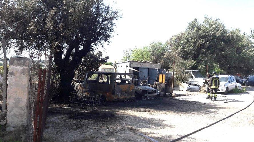 https://www.ragusanews.com//immagini_articoli/01-09-2018/scicli-incendio-sterpaglie-coinvolge-autodemolizione-500.jpg