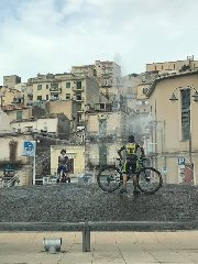 https://www.ragusanews.com//immagini_articoli/01-09-2019/i-ciclisti-che-lavano-la-bici-fontana-di-modica-una-lettera-240.jpg