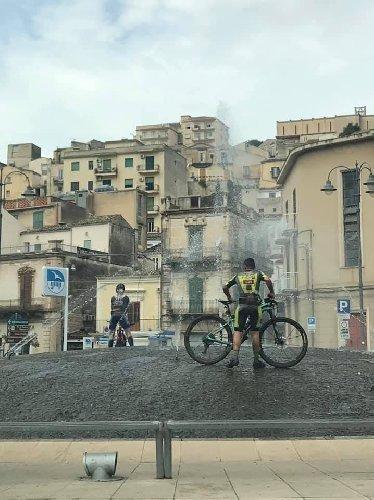 https://www.ragusanews.com//immagini_articoli/01-09-2019/i-ciclisti-che-lavano-la-bici-fontana-di-modica-una-lettera-500.jpg