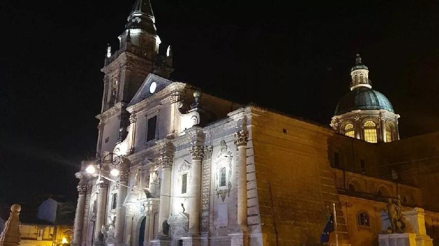 https://www.ragusanews.com//immagini_articoli/01-09-2021/1630484874-ragusa-la-cattedrale-di-san-giovanni-brilla-di-nuova-luce-foto-1-500.jpg