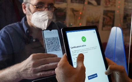 https://www.ragusanews.com//immagini_articoli/01-09-2021/green-pass-primo-giorno-di-controlli-vaccinato-a-terra-no-vax-a-bordo-280.jpg