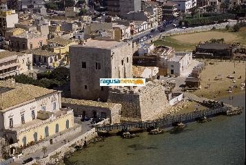 http://www.ragusanews.com//immagini_articoli/01-10-2012/la-torre-di-pozzallo-da-palazzo-a-fortezza-i-segreti-di-torre-cabrera-240.jpg