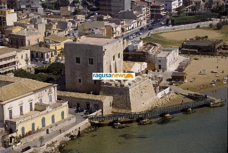 http://www.ragusanews.com//immagini_articoli/01-10-2012/la-torre-di-pozzallo-da-palazzo-a-fortezza-i-segreti-di-torre-cabrera-500.jpg
