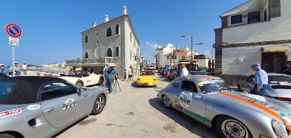 https://www.ragusanews.com//immagini_articoli/01-10-2021/1633082045-raid-dell-etna-2021-le-classiche-davanti-la-casa-di-montalbano-video-3-280.jpg